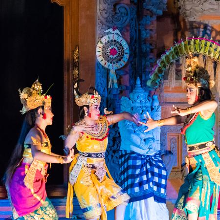 バリ、インドネシア - 2017 年 5 月 2 日: ラーマーヤナ バレエ、伝統的なヒンドゥー教を実行する伝統的なバリのダンサー話プリサレン王宮で別名ウブ