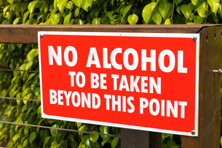 Huskisson, NSW, Australia-December 22, 2018: No Alcohol to be taken beyond this point warning sign in the city of Huskisson, Australia, a small coastal town well known as gateway to Jervis Bay area 報道画像