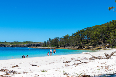 Cave Beach, NSW, Australia-December 23, 2018: People enjoying the sunny weather at the tranquil, white-sand Murrays Beach in Jervis Bay, Booderee National Park, NSW, Australia 報道画像