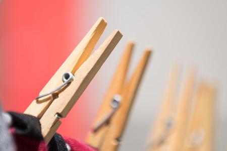 Close-up van kledingpennen die op de waslijn wassen. Stockfoto