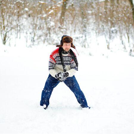 palle di neve: man playing snowballs
