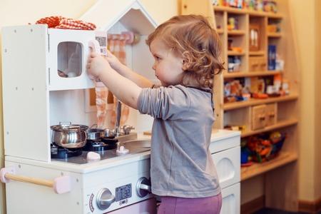 Bambin fille jouant cuisine jouet Banque d'images - 71332094