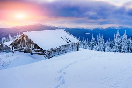 hospedaje: Cabina en las montañas en invierno Foto de archivo