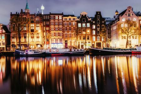 암스테르담에서 아름다운 밤. 건물 조명 스톡 콘텐츠