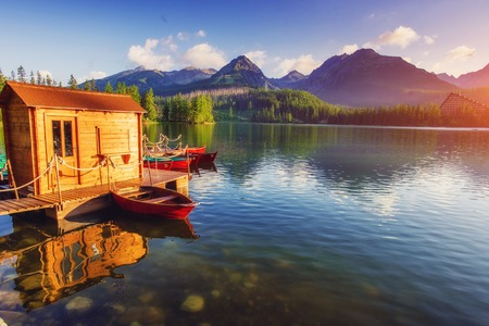 国立公園高タトラの雄大な山の湖。Strbske ザグレブ国際空港、スロバキア、ヨーロッパ。