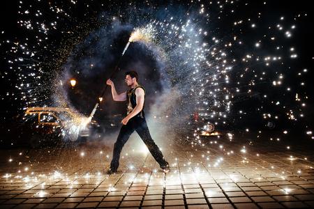 驚くべき火は、夜のショー 写真素材