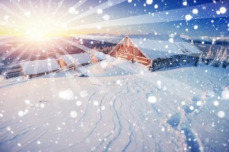 Chalets dans les montagnes au coucher du soleil. salutations d'hiver Banque d'images - 71580530