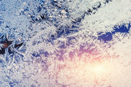 Eiskristallen auf einem Fenster Standard-Bild - 71580888