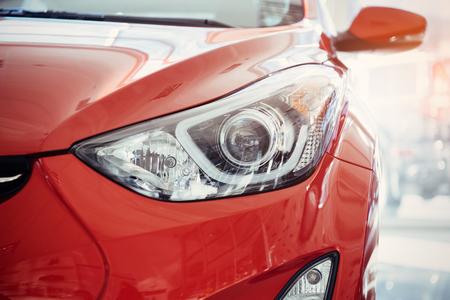ヘッドライトと赤いスポーツカーのボンネット。