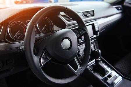 Interior moderno del coche y el volante Foto de archivo