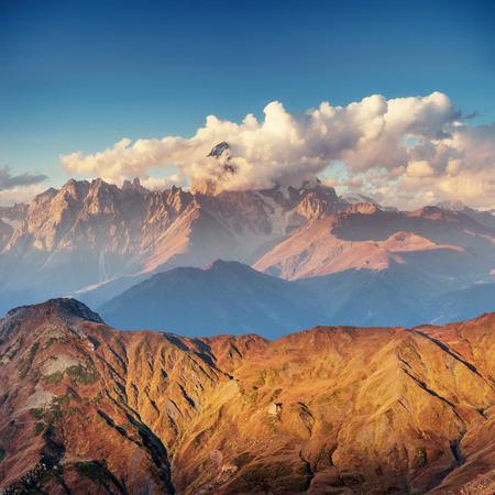 산에 두꺼운 안개 Goulet를 전달합니다. Georgia, Svaneti. 유럽.