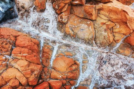 mare agitato: bel modello in pietra lungo la costa
