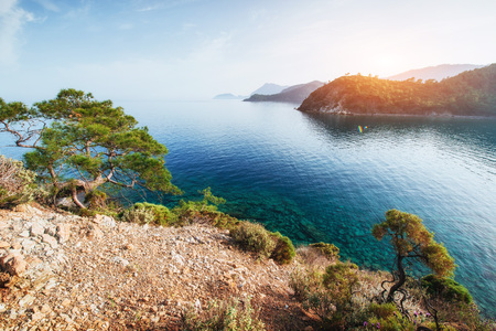 터키 해안에 지중해의 푸른 바다 파도