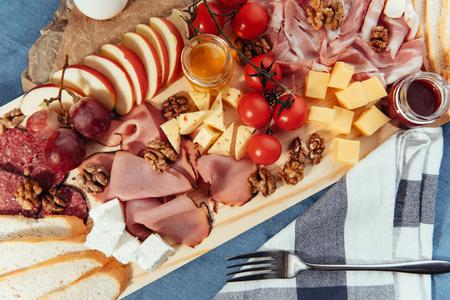 charcutería: gran carne de mesa de madera, pan y verduras