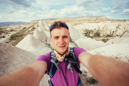 Fotograaf zandsteenklip en het observeren van het natuurlijke landschap