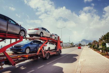 トラック シリーズの車キャリア。来る新しい自動車 写真素材