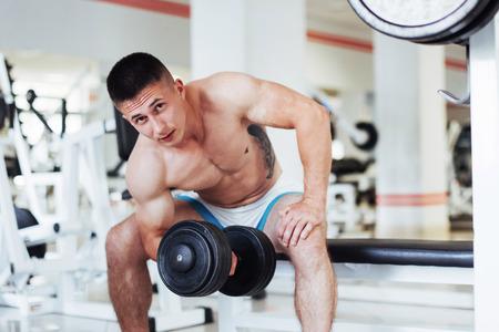Porträt einer schönen athletischen Kerl Muskeln mit Gewichten Standard-Bild