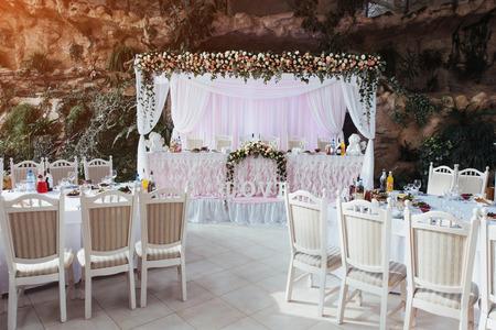Lujosa habitación del restaurante para celebrar una boda celebrat Foto de archivo - 72133784