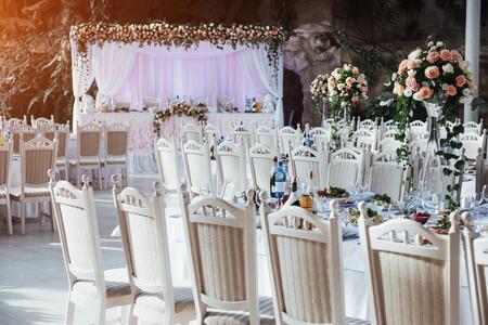 Lujosa habitación del restaurante para celebrar una boda celebrat Foto de archivo - 72145139