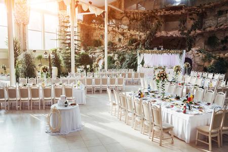 Lujosa habitación del restaurante para celebrar una boda celebrat Foto de archivo - 72038420