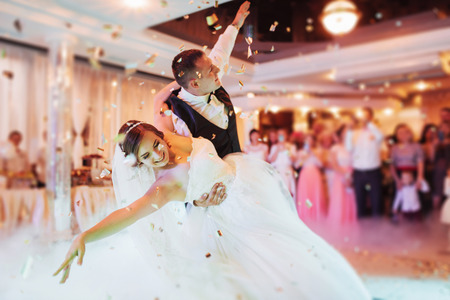 Gelukkige bruid en bruidegom hun eerste dans Stockfoto