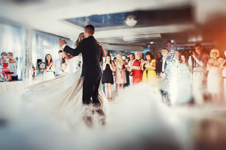 Happy bride and groom their first dance Banque d'images
