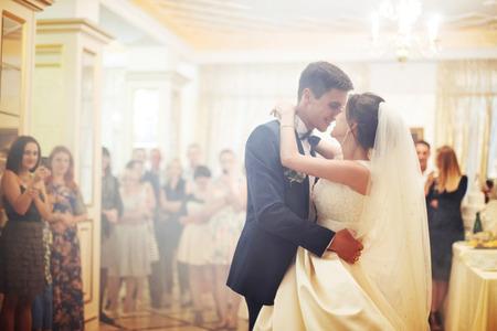 Felice sposa e sposo il loro primo ballo Archivio Fotografico - 72039455
