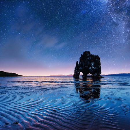 Hvitserkur 15 m de altura. Cielo estrellado fantástico Foto de archivo - 72041615