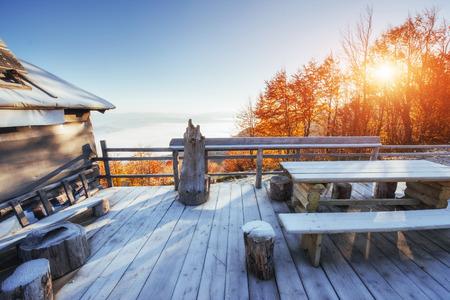 hospedaje: cabaña en las montañas en invierno. Mundo de belleza