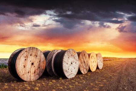 Grote broodjes zwarte draden tegen de blauwe hemel Stockfoto