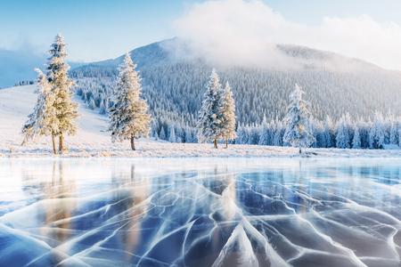 푸른 얼음과 표면에 균열. 스톡 콘텐츠