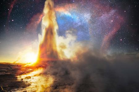 아이슬란드의 Strokkur 간헐천 폭발. 환상적인 색상