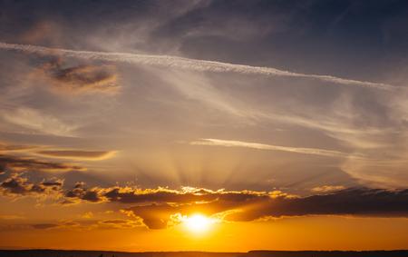 Sunset Sonnenaufgang mit Wolken, Lichtstrahlen und anderen atmosphärischen Eff Standard-Bild - 74182411