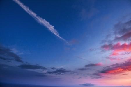 Sonnenuntergangsonnenaufgang mit Wolken, hellen Strahlen und anderem atmosphärischem Effekt Standard-Bild - 74114442
