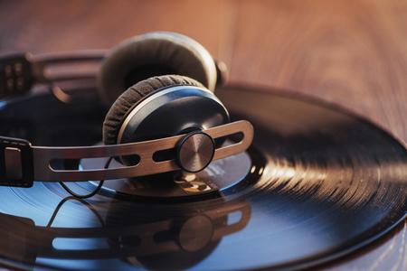 ビニール レコードと木製のテーブルの上のヘッドフォン。オーディオ愛好家、音楽愛好家やプロのディスク ジョッキー機器