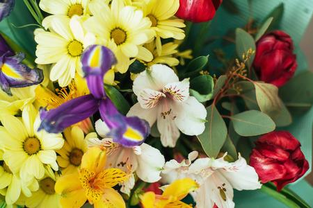 いくつかの種類の明るい色の幻想的な花束。