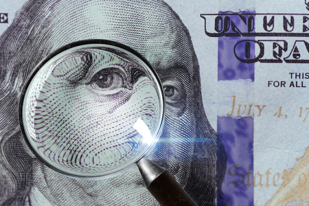 100 US Dollar under magnifying glass. close-up Stock fotó - 85320853