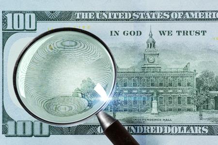 100 拡大鏡の下でドル。クローズ アップ
