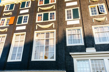 석양 암스테르담 운하입니다. 암스테르담은 네덜란드의 수도이자 인구 밀도가 가장 높은 도시입니다.