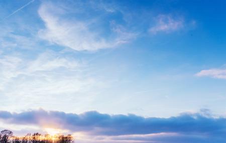 小さな雲と青い空の背景。 写真素材