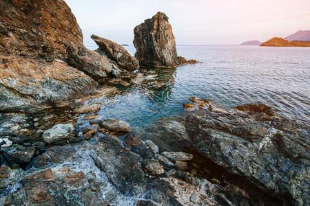 海岸に沿って巨大な岩、崖や岩。 写真素材