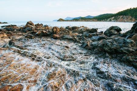 해안을 따라 거대한 바위, 절벽 및 바위.