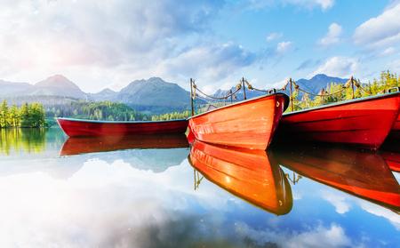 Boot op de haven omringde bergen. Fantastische Shtrbske Pleso Hoge Tatra's. Slowakije Stockfoto - 85471847