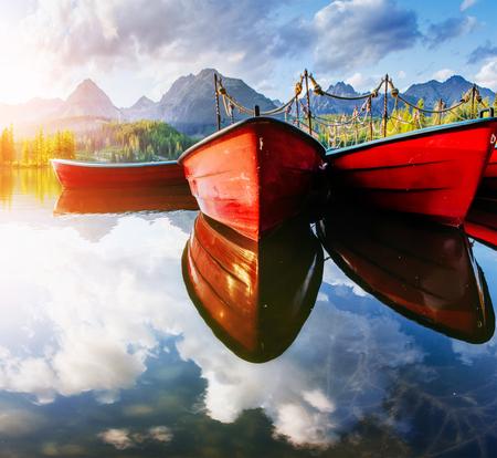 Boot op de haven omringde bergen. Fantastische Shtrbske Pleso Hoge Tatra's. Slowakije