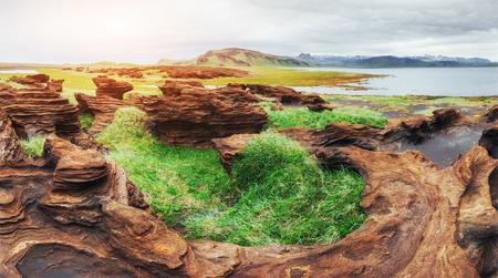 アイスランド。ロッキー山脈とその間の川