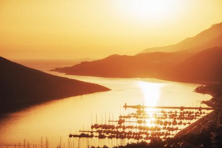 夕暮しトルコの船の桟橋