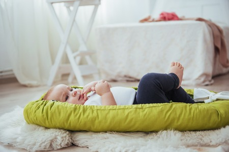 Il bambino dorme nel letto. Un piccolo bambino sano subito dopo la nascita. Archivio Fotografico - 85621180
