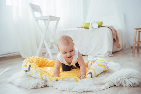 Biancheria da letto per bambini. Il bambino dorme nel letto. Un piccolo bambino sano subito dopo la nascita. Archivio Fotografico - 85621185