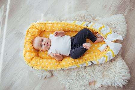 Biancheria da letto per bambini. Il bambino dorme nel letto. Un piccolo bambino sano subito dopo la nascita. Archivio Fotografico - 85621186