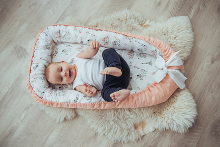 Biancheria da letto per bambini. Il bambino dorme nel letto. Un piccolo bambino sano subito dopo la nascita. Archivio Fotografico - 85621195